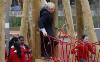 Δεν χωράς. Εγκαίνια στο Λονδίνο για το Queen Elizabeth Olympik Park στο Στράτφορντ με την παρουσία τόσο του δημάρχου Boris Johnson αλλά και του πρίγκιπα Harry. Όσο για τον δήμαρχο με το απαράμιλλο στιλ δεν δίστασε να δοκιμάσει  και τα σχοινιά στην παιδική χαρά. REUTERS/Luke MacGregor