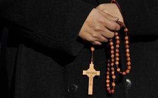 apozimiosi-se-1-380-thymata-paideraston-iereon-apo-tin-katholiki-ekklisia0
