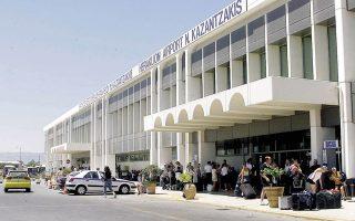 Σύμφωνα με πληροφορίες της «Κ», στο υπουργείο Υποδομών γίνονται σοβαρές συζητήσεις για επιμέρους βελτιώσεις του αεροδρομίου του Ηρακλείου «Ν. Καζαντζάκης», προκειμένου να του δώσουν τη δυνατότητα να αντέξει στην «πίεση» της αύξησης της τουριστικής κίνησης, μέχρι να λειτουργήσει το Καστέλλι.