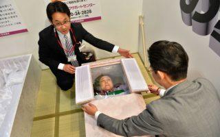 Ανοίγεις το παραθυράκι και τι να δεις! Η ετήσια έκθεση Grand Generation Collection 2014 που διοργανώνεται από την Aeon στην Ιαπωνία, προσφέρει στους κάποιας ηλικίας Ιάπωνες νέα προϊόντα και υπηρεσίες. Ανάμεσα σε αυτά ήταν γαμήλιες φωτογραφίες, συμβουλές για ένδυση και μακιγιάζ  αλλά και νέα βελτιωμένα... φέρετρα.  AFP PHOTO / KAZUHIRO NOGI