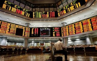 epa01528550 A Malaysian investor sits inside a trading gallery in Kuala Lumpur, Malaysia, 23 October 2008. The Kuala Lumpur Composite Index fell below 900 points as Asian markets across the region extended their losses following the overnight fall at Wall Street and other markets.  EPA/SHAMSHAHRIN SHAMSUDIN