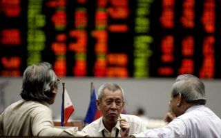epa01631455 Filipino stock traders in a discussion at the Philippine Stocks Exchange in the Makati's financial district, southern Manila, Philippines, 11 February 2009. Local share prices closed lower as Asian markets also fall as investors are unconvinced of the newly proposed US stimulus package to save its ailing banks.  EPA/ALANAH M. TORRALBA