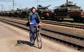 Στα ουκρανικά σύνορα, τουλάχιστον 40.000 στρατιώτες, αεροπλάνα, ελικόπτερα, άρματα μάχης και μονάδες ηλεκτρονικού πολέμου ασκούν ψυχολογικό πόλεμο στην κυβέρνηση του Κιέβου.