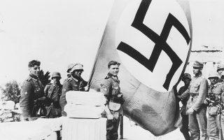 27 Απριλίου 1941, η είσοδος των γερμανικών στρατευμάτων στην Αθήνα. Την ίδια ημέρα υψώνεται η ναζιστική σβάστικα στον Ιερό Βράχο της Ακρόπολης.