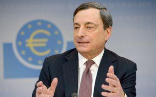 Την πρόθεση της Τράπεζας υπογράμμισε χθες από το Αμστερνταμ ο πρόεδρος της EKT Μάριο Ντράγκι, τονίζοντας πως το Δ.Σ. «έχει ομόφωνα δεσμευθεί να χρησιμοποιήσει τόσο μη συμβατικά όσο και συμβατικά εργαλεία, για να αντιμετωπίσει τους κινδύνους μιας παρατεταμένης περιόδου χαμηλού πληθωρισμού».