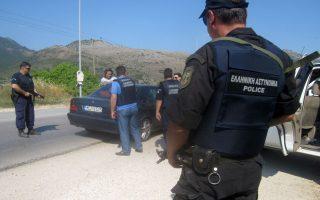 Μπλόκο των Αστυνομικών στην Εγνατία στα διόδια προς την Ηγουμενίτσα ,στη θέση Τυριά , την Παρασκευή 5 Ιουλίου 2013. Μεγάλη αστυνομική επιχείρηση βρίσκεται σε εξέλιξη, από τα ξημερώματα, στην Ήπειρο για τον εντοπισμό των Αλβανών δραπετών των φυλακών Τρικάλων. Ισχυρές αστυνομικές δυνάμεις από την Ηπειρο, μαζί με άνδρες των ΕΚΑΜ χτενίζουν την πεδιάδα αλλά και τη δύσβατη περιοχή, ανάμεσα στην Παραμυθιά και τη Γλυκή, για τον εντοπισμό των κακοποιών, οι οποίοι, όπως αποκαλύφθηκε, αφού εγκατέλειψαν το κλεμμένο ΙΧ αυτοκίνητο στη Γλυκή, έκλεψαν μηχανάκι, από κάτοικο της περιοχής, για να διαφύγουν. Στις έρευνες, συμμετέχει εδώ και λίγη ώρα και ελικόπτερο της αστυνομίας. ΑΠΕ-ΜΠΕ/ ΑΠΕ-ΜΠΕ/ ΜΑΡΙΑ ΤΖΩΡΑ