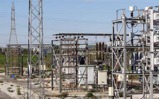 Στην αγορά ηλεκτρισμού η έκθεση της Κομισιόν διαπιστώνει ότι έχουν γίνει σημαντικές αλλαγές στην κατεύθυνση της ενίσχυσης του ανταγωνισμού, παρατηρεί ωστόσο ότι παραμένουν στρεβλώσεις που επιβαρύνουν τα νοικοκυριά και τις επιχειρήσεις με υψηλό κόστος.