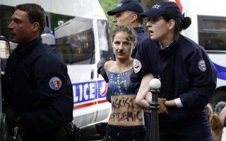 oi-aktivistries-tis-femen-diadilosan-sto-parisi-kata-toy-fasismoy0