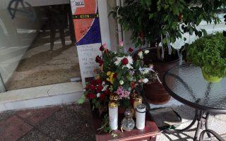 Λουλούδια και κεράκια στο σημείο που δολοφονήθηκε ο Παύλος Φύσσας στο Κερατσίνι, Κυριακή 6 Οκτωβρίου 2013. ΑΠΕ - ΜΠΕ/ΑΠΕ - ΜΠΕ/Αλέξανδρος Μπελτές