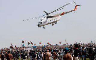 Ο ενθουσιασμός στις προεκλογικές συγκεντρώσεις στις απομακρυσμένες περιοχές του Αφγανιστάν θυμίζει μερικές φορές τις αντιδράσεις λατρείας του κοινού στις συναυλίες των ποπ σταρ.