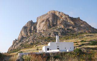 Διάσπαρτα σε όλο το νησί βρίσκονται πάνω από 750 εξωκλήσια, ορθόδοξα και καθολικά. Ενδεικτικά, η Κοίμηση της Θεοτόκου στο χωριό Τριπόταμος.