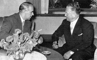 Βελιγράδι, 30 Ιουνίου 1960. Ο Καραμανλής συνομιλεί με τον στρατάρχη Τίτο, κατά τη διάρκεια της τριήμερης ανεπίσημης επίσκεψής του στη Γιουγκοσλαβία.