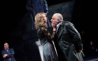 Ο Ληρ (Σάιμον Ράσελ Μπιλ) με τη δεύτερη κόρη του Ρεγάνη (Αννα Μάξγουελ Μάρτιν). Ο Σαμ Μέντες αντιμετωπίζει τον Ληρ ως ένα σύγχρονο δικτάτορα.