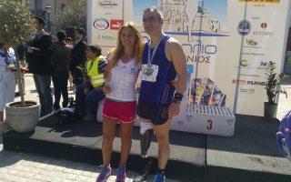Ο Γεράσιμος Κορδάτος μαζί με την κάτοχο του πανελληνίου ρεκόρ στον Μαραθώνιο, Μαρία Πολύζου, μετά τον αγώνα δρόμου στο Ναύπλιο τον περασμένο μήνα.