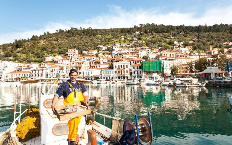 Γυθειώτης ψαράς με φόντο την ωραία πόλη του. (ΦΩΤΟΓΡΑΦΙΑ: ΔΗΜΗΤΡΗΣ ΒΛΑΪΚΟΣ)