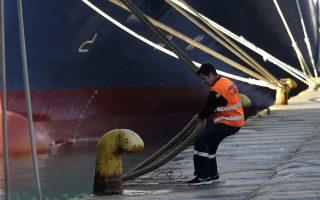 Ναυτικός δένει τον κάβο καραβιού στο λιμάνι του Πειραιά, Δευτέρα 31 Μαρτίου 2014. Έδεσαν κάβους από σήμερα τα πλοία στα περισσότερα λιμάνια, λόγω των 48ωρων επαναλαμβανόμενων απεργιών που αποφάσισε η Πανελλήνια Ναυτική Ομοσπονδία, με αφορμή ρύθμιση στο πολυνομοσχέδιο της κυβέρνησης που δίνει τη δυνατότητα υπογραφής επιχειρησιακών συλλογικών συμβάσεων για τους ναυτικούς στην ακτοπλοΐα. ΑΠΕ ΜΠΕ/ΑΠΕ ΜΠΕ/ΟΡΕΣΤΗΣ ΠΑΝΑΓΙΩΤΟΥ