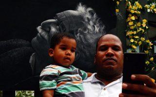 Ενας άνδρας παίρνει φωτογραφία με τον γιό του μπροστά στην εικόνα του Μάρκες, έξω απο το σπίτι στο οποίο γεννήθηκε, στην Αρακατακα της Κολομβίας.
