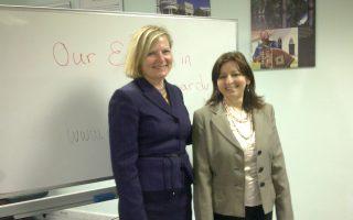 Η διευθύντρια του Προγράμματος Παγκόσμιας Επιχειρηματικότητας του υπουργείου Εξωτερικών των ΗΠΑ, Κάρον ντε Μαρς (Α).