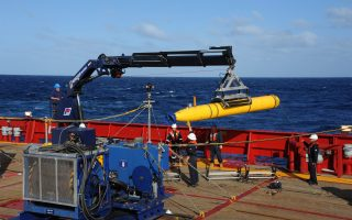 epa04153234 A handout picture made available by the US Navy on 04 April 2014 shows the Artemis autonomous underwater vehicle (AUV) hoisted back on board of the Australian Defense Vessel (ADV) Ocean Shield after a successful buoyancy testing at sea in the Indian Ocean, 01 April 2014. The instrument, that could help locate the flight recorder of the missing Malaysia Airlines plane, is expected to reach the search site on 05 April, Malaysia said. The Malaysian Airline flight MH370 went missing on early 08 March 2014 and believed to be crashed in the southern Indian Ocean with no survivors.  EPA/MC1 PETER D. BLAIR/US NAVY AUSTRALIA AND NEW ZEALAND OUT HANDOUT EDITORIAL USE ONLY