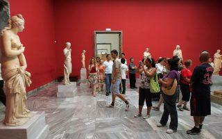 Προικισμένη σε πολιτιστική κληρονομιά η Ελλάδα, αλλά αδικημένη από την απηρχαιωμένη πολιτική αξιοποίησης τουριστικών χώρων. Μελέτη δείχνει υστέρηση εσόδων σε σχέση με άλλες χώρες και προτείνει μέτρα προσέλκυσης τουριστών με πολλαπλάσια οφέλη. Η φωτογραφία από το Εθνικό Αρχαιολογικό Μουσείο.