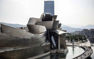 Το Μουσείο Γκούγκενχαϊμ στο Μπιλμπάο (έργο του Αμερικανού Φρανκ Γκέρι, 1997) είναι σήμερα ένας από τους δημοφιλέστερους τουριστικούς προορισμούς στην Ευρώπη. Αναμόρφωσε την παρακμάζουσα οικονομική κατάσταση της βασκικής πόλης της Ισπανίας, επηρέασε διεθνώς τη «γλώσσα» της αρχιτεκτονικής, αλλάζοντας τα δεδομένα της.