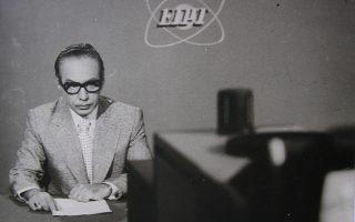 Ο δημοσιογράφος Γιώργος Κάρτερ, από τους πρωτεργάτες της ελληνικής τηλεόρασης στα μέσα της δεκαετίας του '60, στο υποτυπώδες στούντιο του τότε ΕΙΡΤ.