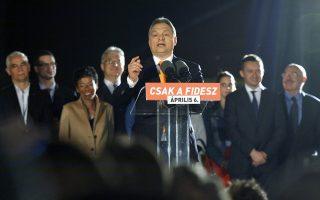 Ο πρωθυπουργός της Ουγγαρίας, Βίκτορ Ορμπάν, ανακοινώνει τη νίκη του κόμματός του στις εκλογές που διεξήχθησαν την Κυριακή.