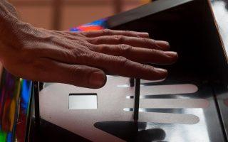 Mit einem Handvenenscanner können Personen, beispielsweise Bankkunden, zweifelsfrei identifiziert werden. Das Muster der Handvenen ist bei jedem Menschen einzigartig. Um es zu erfassen, muss die Hand nur über der Scanfläche schweben. Infrarotstrahlen tasten die Handfläche berührungslos ab. Das Muster wird als Referenzdatensatz gespeichert. Der Besucher kann sich dann mit seiner Handfläche erneut anmelden. Indem das System seine Handfläche mit dem Referenzdatensatz vergleicht, wird er sicher identifiziert. Because the pattern of veins in the hand is unique to every individual, a hand vein scanner is able to unequivocally identify persons such as bank customers. No contact is required to read the pattern; infrared rays scan the palm of the hand held over the scanning surface. The pattern is then stored as a reference scan. Visitors can then log back in using their palms, which the system compares to the corresponding reference scan to reliably identify them.