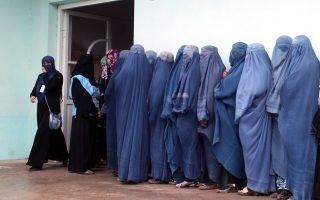 Περίπου επτά εκατομμύρια πολίτες, εκ των οποίων το ένα τρίτο γυναίκες, περίμεναν υπομονετικά σε μεγάλες ουρές για να ψηφίσουν στο Αφγανιστάν.