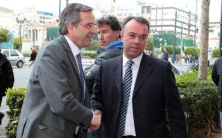 Ο Πρωθυπουργός Αντώνης Σαμαράς χαιρετά τον αναπληρωτή υπουργό Οικονομικών Χρήστο Σταϊκούρα φθάνοντας Γενικό Λογιστήριο του Κράτους ,όπου όπου προήδρευσε σε σύσκεψη με τους με τη συμμετοχή του αναπληρωτή υπουργού Οικονομικών Χρήστο Σταικούρα, και των Φίλιππου Σαχινίδη και Χρήστου Πρωτόπαπα Δευτέρα 7 Απριλίου 2014. ΑΠΕ-ΜΠΕ/ΑΠΕ-ΜΠΕ/Παντελής Σαίτας