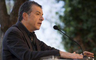 Ο Σταύρος Θεοδωράκης μιλά σε πολίτες κατά τη διάρκεια προεκλογικής περιοδείας την οποία ξεκίνησε από τον τόπο καταγωγής του, τα Χανιά, το Σάββατο 15 Μαρτίου 2014. Ο επικεφαλής της κίνησης Το Ποτάμι, Σταύρος Θεοδωράκης, ξεκίνησε την πρώτη του προεκλογική ομιλία στον Δημοτικό Κήπο Χανίων. ΑΠΕ-ΜΠΕ/ΑΠΕ-ΜΠΕ/ΠΕΤΡΟΣ ΠΑΤΤΑΚΟΣ
