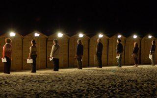 Μετανάστες και πρόσφυγες οδηγούν τους θεατές στο πρότζεκτ «Νο Man's Land» του Ολλανδού Ντρις Φερχόφεν.
