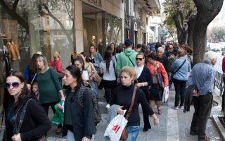 Πλήθος κόσμου στο κέντρο της Θεσσαλονίκης με αφορμή την πρώτη Κυριακή λειτουργίας των εμπορικών καταστημάτων.  Κυριακή 3 Νοεμβρίου 2013 . Οι ενδιάμεσες εκπτώσεις και η λειτουργία των καταστημάτων τις Κυριακές θεσμοθετήθηκαν με τον νόμο 4177/2013 που προβλέπει,  τη θέσπιση δύο ενδιάμεσων εκπτωτικών περιόδων (το πρώτο δεκαήμερο του Μαΐου και το πρώτο δεκαήμερο του Νοεμβρίου) καθώς και τακτικές εκπτώσεις το χειμώνα από τη δεύτερη Δευτέρα του Ιανουαρίου μέχρι το τέλος του Φεβρουαρίου και το καλοκαίρι από τη δεύτερη Δευτέρα του Ιουλίου μέχρι το τέλος Αυγούστου, και την λειτουργία των καταστημάτων προαιρετικά την πρώτη Κυριακή σε κάθε εκπτωτική περίοδο, τακτική ή ενδιάμεση, τις δύο Κυριακές πριν από την ημέρα των Χριστουγέννων και την Κυριακή των Βαΐων. ΑΠΕ ΜΠΕ/PIXEL
