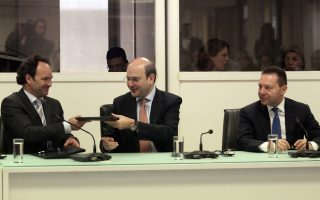 Ο υπουργός Ανάπτυξης και Ανταγωνιστικότητας Κωστής Χατζηδάκης με τον εκτελεστικό αντιπρόεδρο της γερμανικής KfW Κρίστιαν Φούνκε και τον υπουργό Οικονομικών Γιάννη Στουρνάρα μετά την υπογραφή της τελικής συμφωνίας για τη συμμετοχή της KfW στο Ελληνικό Επενδυτικό Ταμείο.