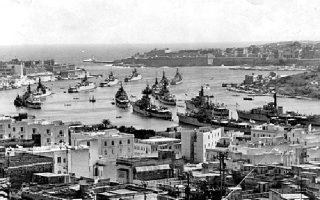 Μάλτα, 1956. Συνωστισμένα θωρηκτά του βρετανικού βασιλικού ναυτικού «περιμένουν» στο λιμάνι της πόλης Σλιέμα κατά τη διάρκεια της κρίσης του Σουέζ.