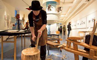 Δουλεύοντας το ξύλο με τον παραδοσιακό τρόπο στο Μουσείο Västerbottens. © MASSIMO PIZZOCARO