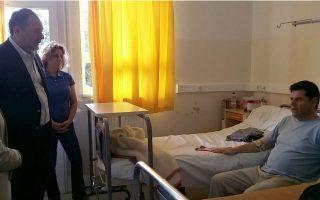 Τους τραυματίες από τα αυτοσχέδια πυροτεχνήματα της Ανάστασης στη Σαντορίνη, τρεις Αμερικανούς και έναν Έλληνα, επισκέφθηκε στο Βενιζέλειο Νοσοκομείο, όπου νοσηλεύονται, ο Δήμαρχος Ηρακλείου Γιάννης Κουράκης.