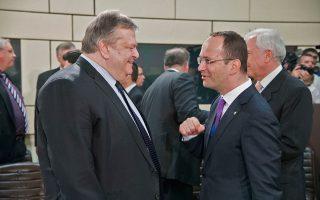 Ο αντιπρόεδρος της κυβέρνησης και  υπουργός Εξωτερικών Ευάγγελος Βενιζέλος (Α) συνομιλεί με τον Υπουργό Εξωτερικών της Αλβανίας Ditmir Bushati (Δ) στη Σύνοδο των Υπουργών Εξωτερικών των χωρών – μελών του ΝΑΤΟ , στις Βρυξέλλες.