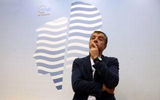 Ο κ. Στ. Θεοδωράκης και οι συνεργάτες του αισθάνονται μια απόσταση από «παλαιές και φθαρμένες» πολιτικές δυνάμεις.