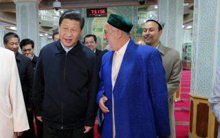Ο πρόεδρος Σι, κατά τη διάρκεια της προχθεσινής επίσκεψής του σε ισλαμικό τέμενος του Ουρουμτσί.