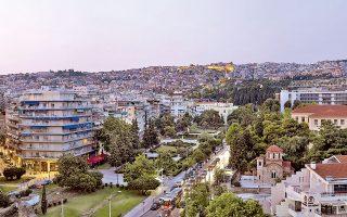 Ο χώρος της πόλης και η μορφή του αστικού τοπίου –δημόσιοι χώροι, χαράξεις, μνημεία, αρχιτεκτονικές– διηγούνται ιστορίες για τις σημαντικές μεταμορφώσεις που γνώρισε η Θεσσαλονίκη στο διάστημα των τελευταίων 150 χρόνων.