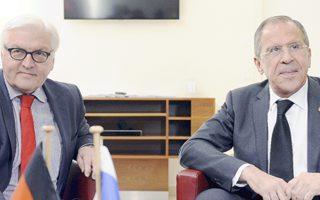 Η κλιμάκωση της κρίσης στην Ουκρανία έχει προβληματίσει τις αγορές. Στη φωτογραφία, ο Γερμανός υπουργός Εξωτερικών Φρ. Σταϊνμάγερ (αριστερά) με τον Ρώσο ομόλογό του Σ. Λαβρόφ.