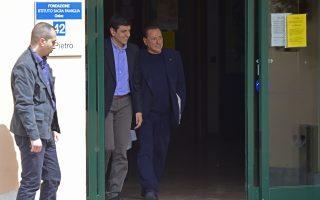 Η πρώτη ημέρα υποχρεωτικής κοινωνικής εργασίας στο γηροκομείο «Σάκρα Φαμίλια» τελείωσε για τον κατάδικο με το μπλε σακάκι, που δεν είναι άλλος από τον Σίλβιο Μπερλουσκόνι