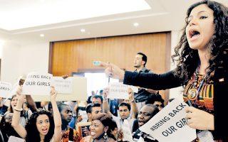 Με σλόγκαν και πλακάτ διαδήλωσαν στο Κολόμπο της Σρι Λάνκα ακτιβιστές, διεκδικώντας την επιστροφή των απαχθέντων κοριτσιών.