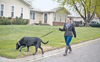 Δύο χρόνια από την έναρξη της πρωτοποριακής θεραπευτικής προσέγγισης, η Μελίντα Μπακίνι αισθάνεται καλά και χαίρεται να βγάζει βόλτα το σκυλί της.