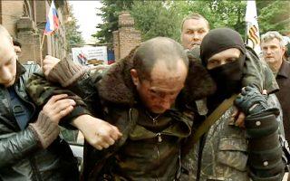 Φιλορώσοι μεταφέρουν Ουκρανό πιλότο ελικοπτέρου που κατερρίφθη την Παρασκευή στο Σλοβιάνσκ. Η εικόνα είναι από ρωσικό τηλεοπτικό κανάλι.