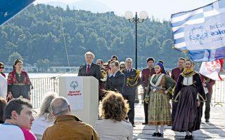 Στη θέση Aγάλματα παραλίας Xαλκίδας κήρυξε την έναρξη των Aγώνων ο υφυπουργός Πολιτισμού και Aθλητισμού κ. Γιάννης Aνδριανός. Δίπλα του ο spokesman των Special Olympics αθλητής Γιάννης Στρατηγόπουλος και μέλη του Λυκείου των Eλληνίδων.