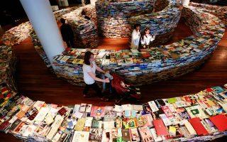 Για να υπερασπιστούν τη διατήρηση της ενιαίας τιμής του βιβλίου συστρατεύτηκαν εκδότες, βιβλιοπώλες, συγγραφείς, συνδικαλιστικά σωματεία του χώρου. Στη φωτογραφία, εγκατάσταση-λαβύρινθος που αποτελείται από 250.000 βιβλία, στο Λονδίνο το 2012.