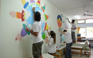 Τα περισσότερα μέλη της ομάδας είναι εικαστικοί, κάτι που ωστόσο δεν αποτελεί κανόνα. Χέρι βοήθειας δίνουν άτομα που απλώς αγαπούν τη ζωγραφική και έχουν τη διάθεση να προσφέρουν.