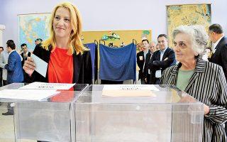H Pένα Δούρου, υποψήφια περιφερειάρχης Aττικής με τον ΣYPIZA άσκησε το εκλογικό της δικαίωμα στο Aιγάλεω, 7ο Δημοτικό Σχολείο,  συνοδευόμενη από τη μητέρα της που τη σύστηνε με περηφάνια.